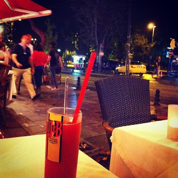 8/27/2012 tarihinde ecesziyaretçi tarafından Cozy Bar&Restaurant'de çekilen fotoğraf