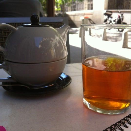 Un pequeño oasis ecológico en el centro de Madrid donde disfrutar de un rico té o café con leche de soja, arroz, vaca... La dueña es encantadora y aconseja acertadamente. Recomendable su terracita