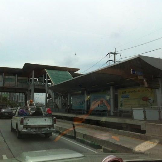 Photo taken at BRT วัดปริวาส (Wat Pariwat) by Pang T. on 5/25/2012