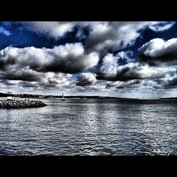 Foto tirada no(a) Porto de Recreio de Oeiras por Jorge B. em 3/4/2012