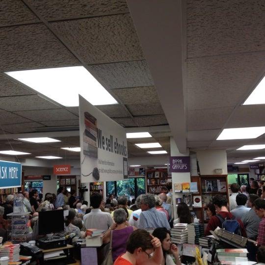 Foto tirada no(a) Politics & Prose Bookstore por Douglas S. em 6/7/2012