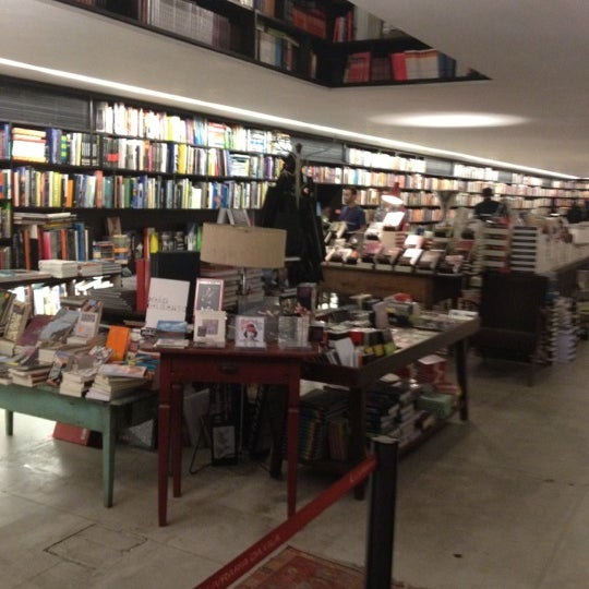 Photo taken at Livraria da Vila by Ale de Angelis on 6/27/2012