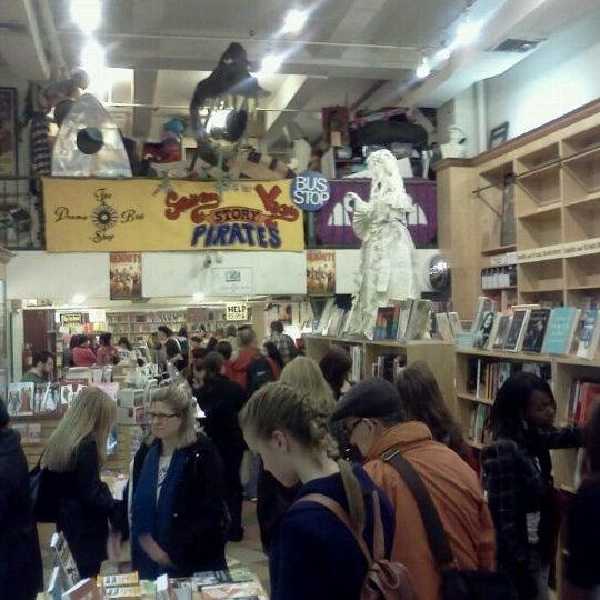 Foto tomada en Drama Book Shop por Freddy P. el 4/22/2011