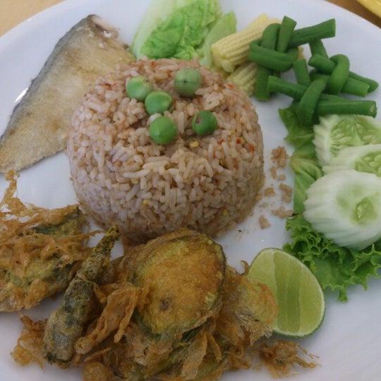 Снимок сделан в Jantanee Restaurant пользователем Tud T. 7/24/2012