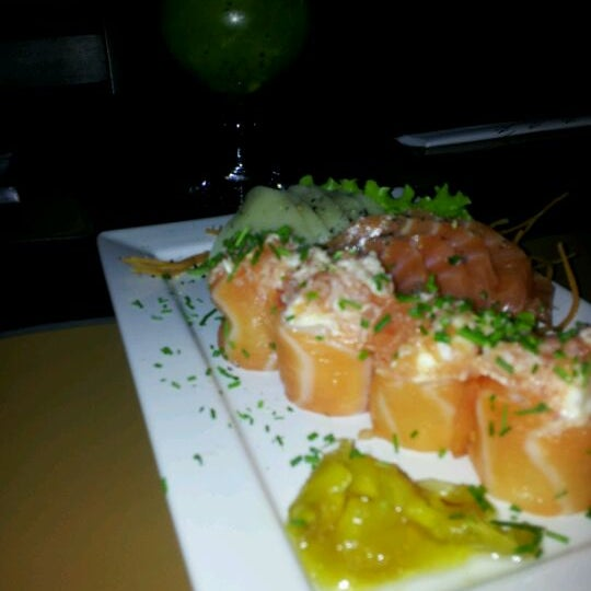 Foto tirada no(a) Brava Sushi por TaTi K. em 5/26/2012