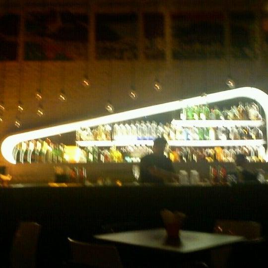 Foto tirada no(a) Meza Bar por Claudia B. em 10/22/2011