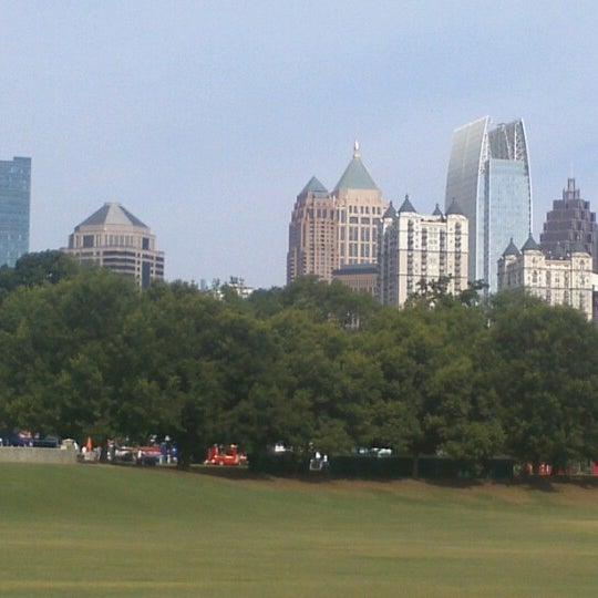 รูปภาพถ่ายที่ Piedmont Park โดย Julie J. เมื่อ 6/9/2012