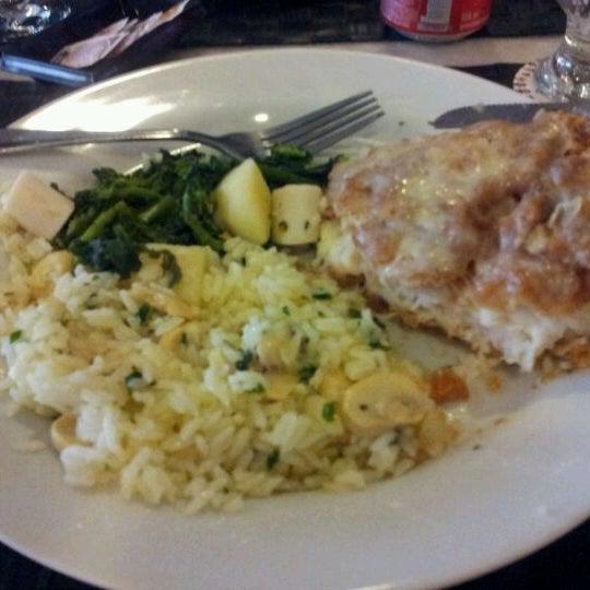 Photo taken at Canal 4 Restaurante e Pizzaria by Luiz Fernando C. on 4/15/2012