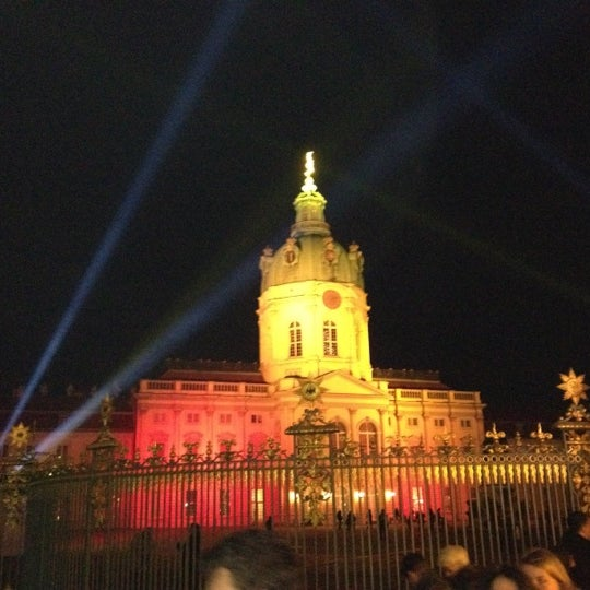 Photo taken at Weihnachtsmarkt vor dem Schloss Charlottenburg by Jens H. on 12/11/2011