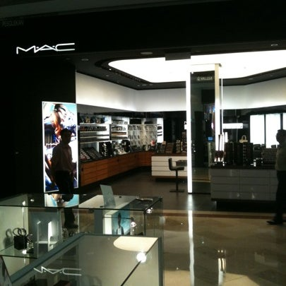 Photo taken at MAC Cosmetics by Ismail A. on 12/28/2010