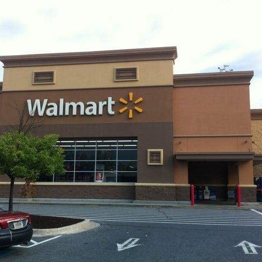 Das Foto wurde bei Walmart von TWELVE AND TWO C. am 8/12/2012 aufgenommen