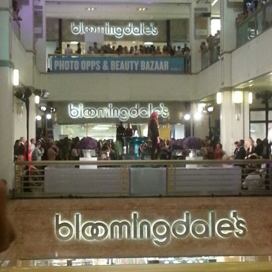 Photo taken at 900 North Michigan Shops by Arli E. on 9/7/2012