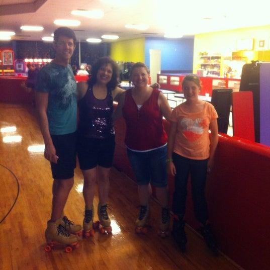 Das Foto wurde bei Skate Town von Crystal Gel D. am 5/5/2012 aufgenommen