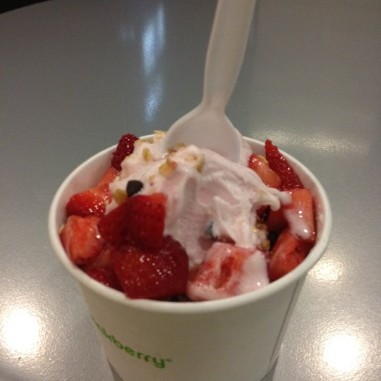 Photo taken at Pinkberry by Reko H. on 7/13/2012