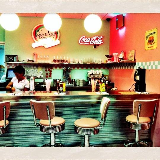 Hoy estamos en Peggy Sue. Empezamos con su pink lemonade y unos aros de cebolla. Para comer, la burger James Brown, la bomba funk!!