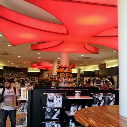 Foto tirada no(a) Mega Loja Gigante da Colina por Rodrigo G. em 12/30/2011