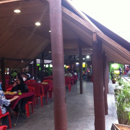 Photo taken at Aroma Ikan Bakar by Pn P. on 8/13/2011