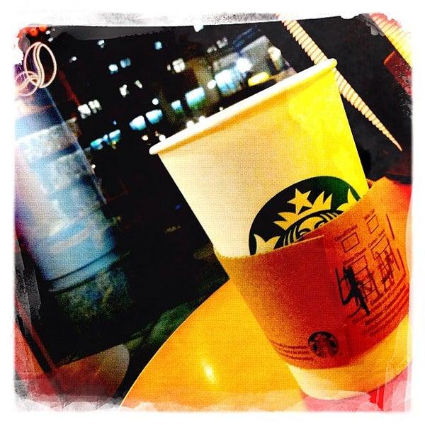 รูปภาพถ่ายที่ Starbucks โดย Roland G. เมื่อ 1/29/2012
