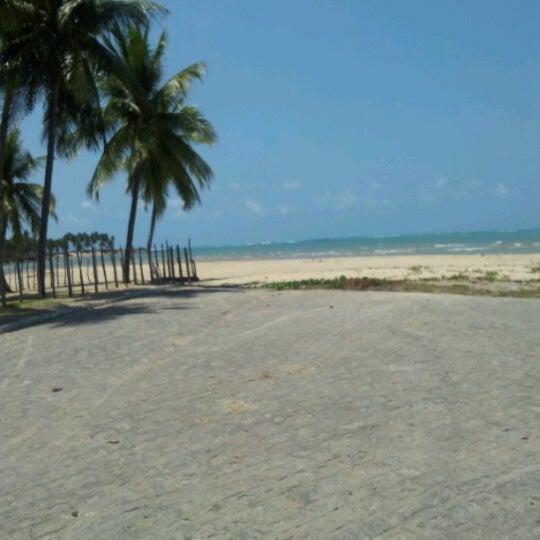 Foto tirada no(a) Praia de Paripueira por Kátia X. em 9/11/2012