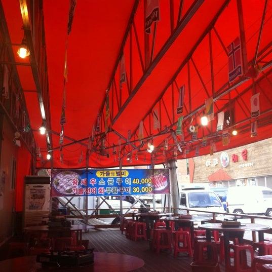 Photo taken at 영통이모네조개구이 by Jina L. on 8/27/2011