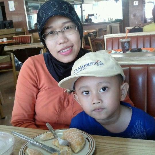 Photo taken at Dunkin Donuts by Erlina Kartikasari R. on 12/30/2011