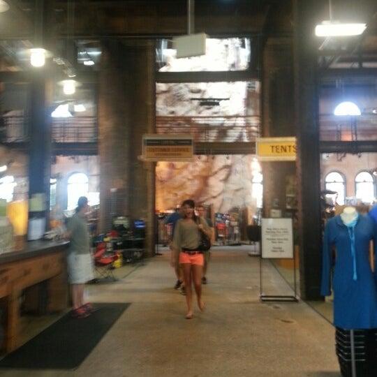 Foto tirada no(a) REI por Leah B. em 8/20/2012