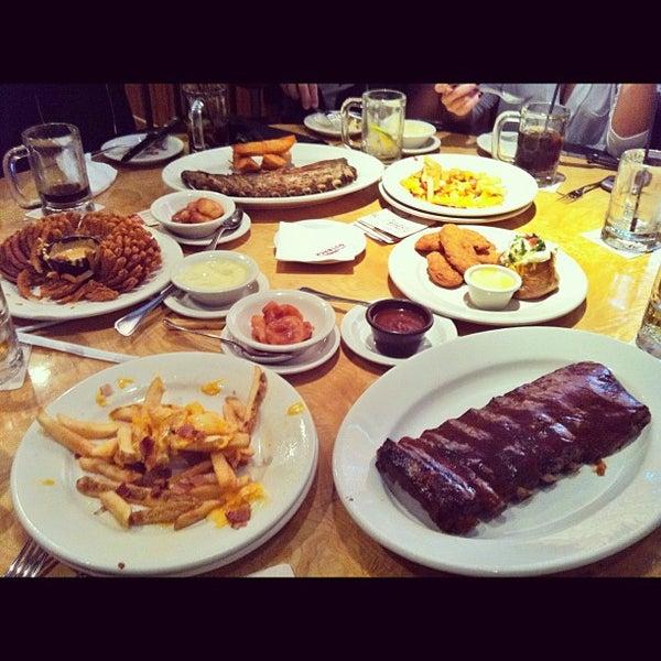 Foto tirada no(a) Outback Steakhouse por Ticia B. em 4/26/2012