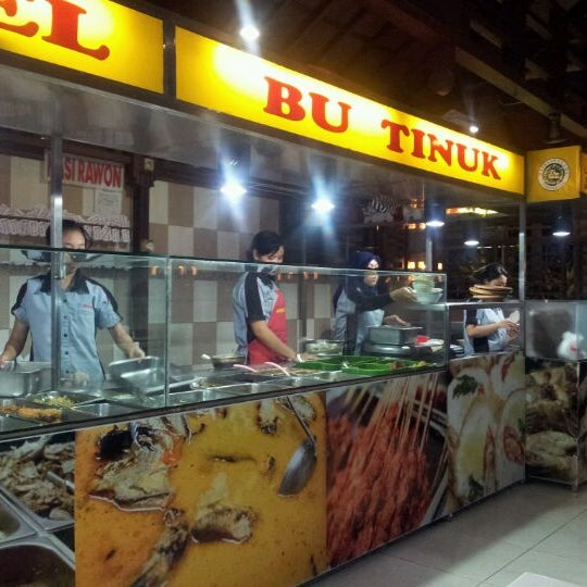 Photo taken at Nasi Pecel Bu Tinuk by Yudhi S. on 3/8/2012