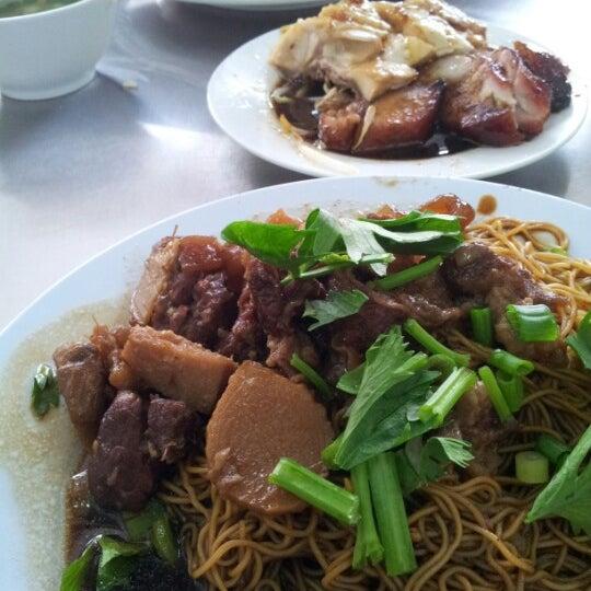 Photo taken at Restoran Chan Meng Kee (陈明记面家) by Byee L. on 7/1/2012
