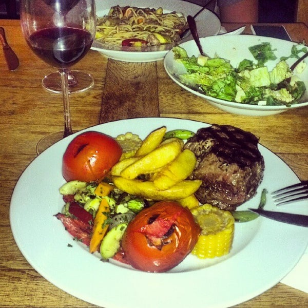 8/13/2012 tarihinde Diggyenziyaretçi tarafından Uno Restaurant'de çekilen fotoğraf