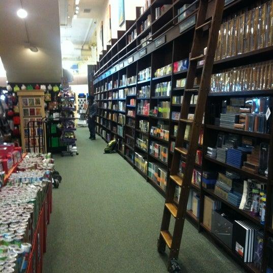 Foto tomada en Barnes & Noble por Dario M. el 12/7/2011