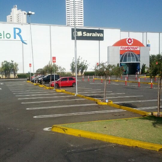 Foto tirada no(a) Flamboyant Shopping Center por Maison C. em 9/10/2012