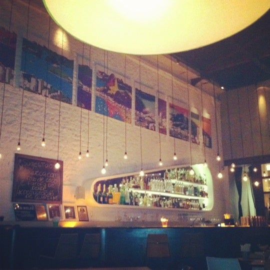 Foto tirada no(a) Meza Bar por Elisa J. em 6/14/2012