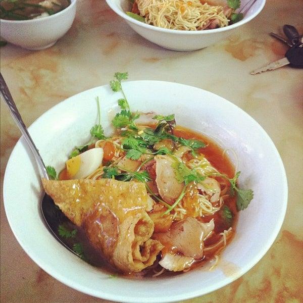 Photo taken at Mì Vằn Thắn Đinh Liệt by Linh T. on 5/5/2012