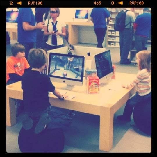 Photo taken at Apple La Cantera by C Daniel R. on 1/5/2011