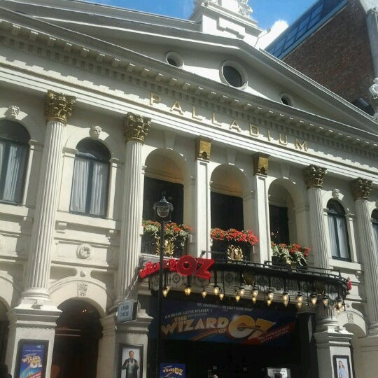 Foto scattata a The London Palladium da Laise G. il 8/14/2012