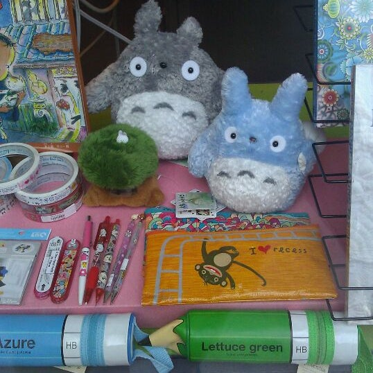 รูปภาพถ่ายที่ Kinokuniya Bookstore โดย Misa N. เมื่อ 8/25/2011