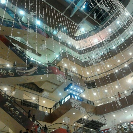 Photo taken at Gurney Plaza by Yewin 娃. on 12/24/2011