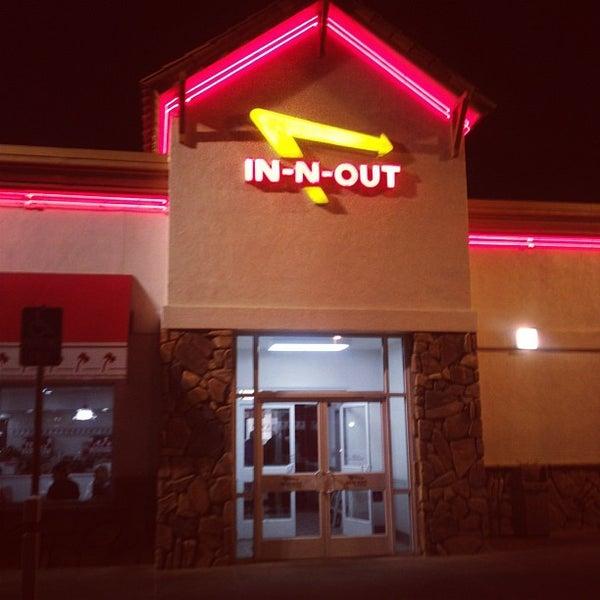 Foto diambil di In-N-Out Burger oleh schneidermike s. pada 11/2/2011