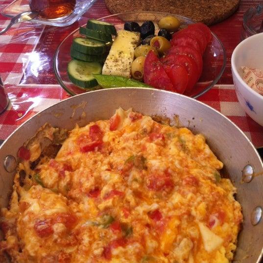 5/23/2012 tarihinde Tiber S.ziyaretçi tarafından Café Faruk'de çekilen fotoğraf