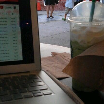 รูปภาพถ่ายที่ Starbucks โดย Cindy C. เมื่อ 8/15/2012