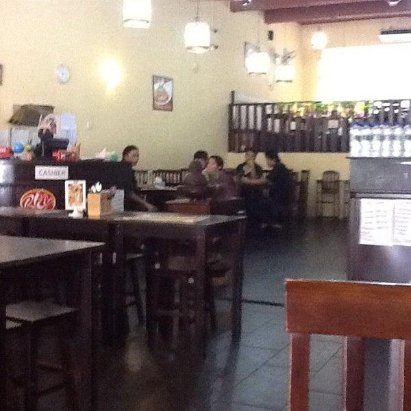 Photo taken at Ayam Penyet Ria by @MikeManicka on 6/20/2012