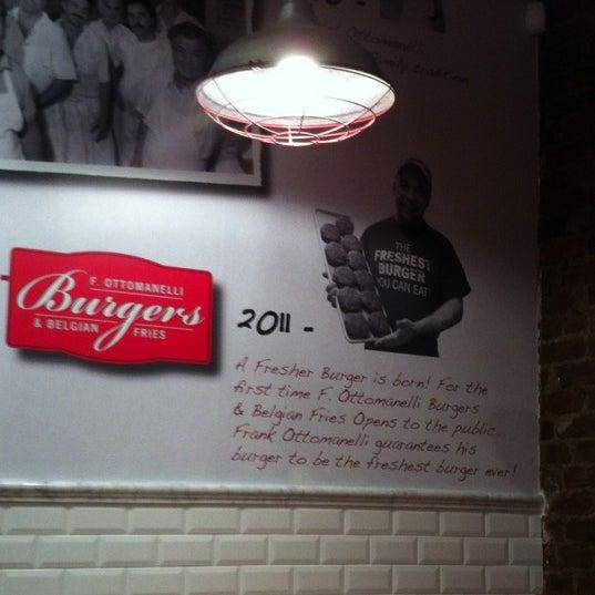 Foto tomada en F. Ottomanelli Burgers and Belgian Fries por Amy A. el 3/6/2012