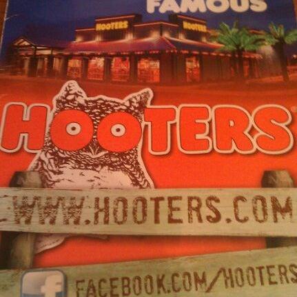 รูปภาพถ่ายที่ Hooters โดย dennis t. เมื่อ 10/17/2011