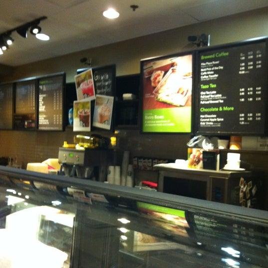 รูปภาพถ่ายที่ Starbucks โดย Jill H. เมื่อ 8/14/2011