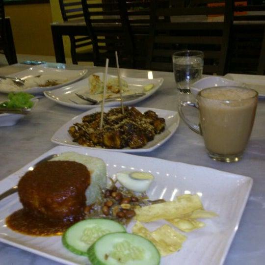 Photo taken at De Pauh Garden Restaurant & Cafe by Fazrul S. on 5/17/2012