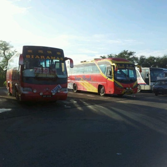 Photo taken at Kuching Bus Terminal by raimyzam a. on 10/14/2011