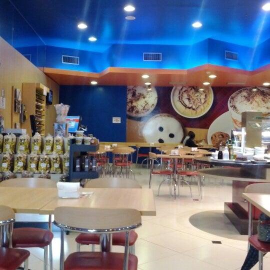 Photo taken at Confeitaria Romana by Luiz Carlos S. on 4/27/2012