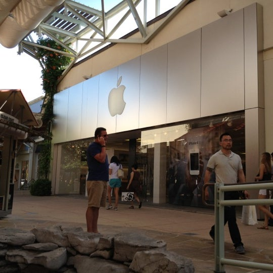 Photo taken at Apple La Cantera by Julian C. on 5/28/2012
