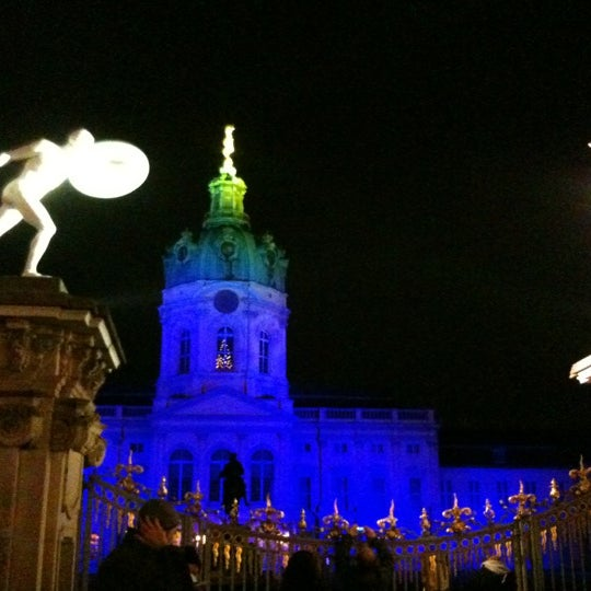 Photo taken at Weihnachtsmarkt vor dem Schloss Charlottenburg by Vera R. on 11/26/2011